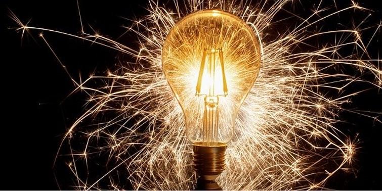Glühbirne die Funken schlägt