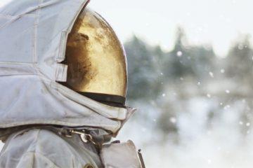 Astronautin schaut aus dem Fenster