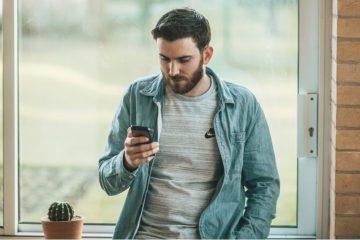 Mann startet Coaching mit Sally auf Smartphone